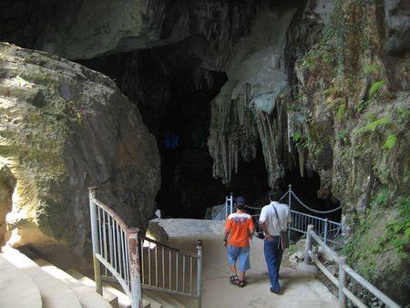 Cổng ra vào động Tiên Sơn
