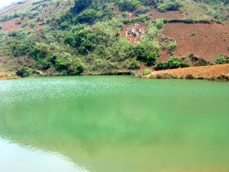 Hồ Tiền Phong xanh ngọc ngà