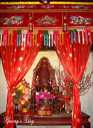 Bàn thờ Hoàng Hậu.