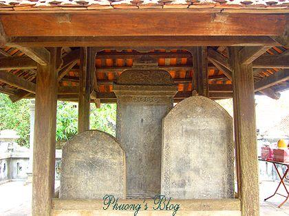 Nhà bia, trên bia khắc các chỉ dụ của các triều vua sau về việc thờ cúng ở đền.