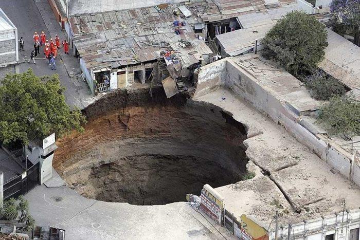 [تصویر:  guatemala-sink-hole-2.jpg]