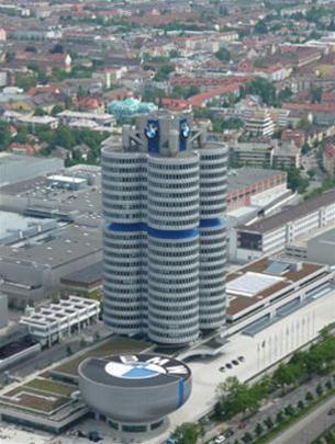 Tòa nhà trụ sở của Hãng xe hơi BMW và Bảo tàng BMW ở bên cạnh