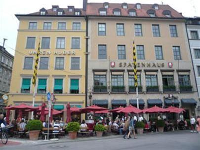 Một đường phố của Munich với quán cà phê ngoài trời