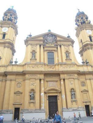 Hai ngọn tháp của nhà thờ Theatinerkirche