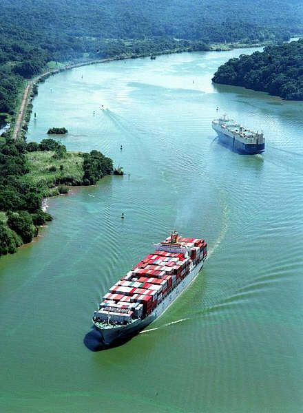 Tàu thuyền đi lại trên kênh đào Panama
