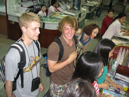 Du khách tham quan mua sắm trong chợ ở Trung Quốc