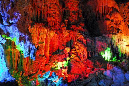 Động Tiên Sơn nằm trong chuỗi hang động Phong Nha.