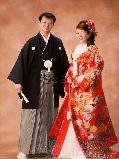 Đây là bức hình chụp khi làm lễ tại chùa, trước đây khi cưới tôi cũng phải mặc như vậy và chụp ảnh như vậy. Bức hình này được đặt ngay trên bàn của cô dâu chú rể trong phòng tiệc chính của khách sạn.