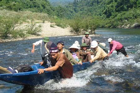 Vượt thác hung hãn của thượng nguồn sông Giăng ở độ cao 1300m so với mặt nước biển, con đường độc đạo vào thăm dân tộc Đan Lai.