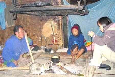 Đêm xuống du khách vừa quây quần bên bếp lửa nghe người Đan Lai kể về truyền thuyết.