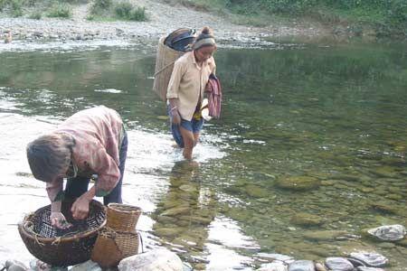 Phụ nữ Đan Lai thường lên núi hái lượm, xuống sông bắt cá.