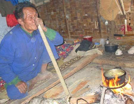 Tập tục ngủ ngồi để để cảnh giác với thú dữ vẫn tồn tại với tộc người Đan Lai.