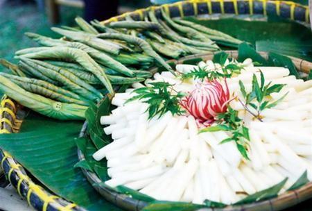 Lá sen non và ngó sen trắng - hai nguyên liệu ưa thích để cuốn cá lóc ở vùng Đồng Tháp Mười
