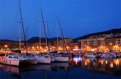 Bến cảng ề đêm