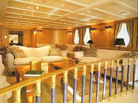 Christina O có thể tự hào vì danh sách những vị khách từng nghỉ trên tàu, như John F. Kennedy, Jackie Kennedy, Winston Churchill và Frank Sinatra. Du thuyền này có 18 phòng ngủ và cả nơi cho trực thăng hạ cánh. Giá thuê khoảng 690.000 USD.
