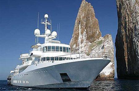 Nhìn từ bên ngoài, Senses không phải là du thuyền đẹp nhất thế giới bởi nó chỉ một màu trắng toát. Tuy nhiên, phần động cơ tiên tiến khiến Senses trở thành lý tưởng cho việc khám phá biển khơi, bất chấp các con sóng lớn. Nó thuộc hạng đắt bậc nhất. Giá thuê khoảng 400.000 USD.