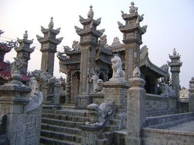 Kiến trúc ngôi mộ lát bằng đá.