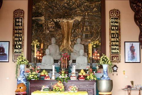 Tượng Trúc Lâm tam tổ trong tổ đường (Trần Nhân Tông, Pháp Loa và Huyền Quang)