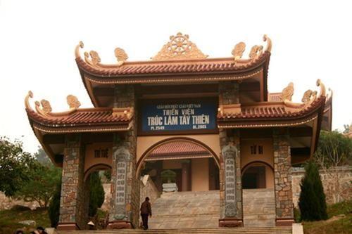 Cổng thiền viện Tây Thiên đón chào du khách bằng bốn câu thơ