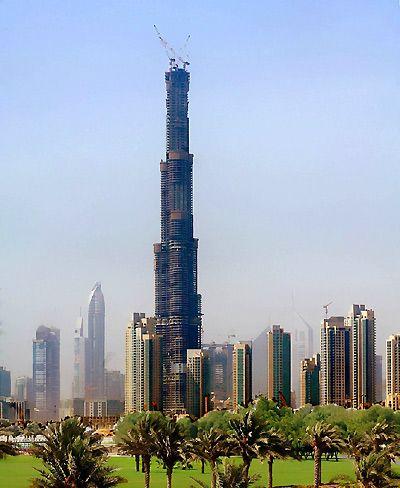 """Burj Dubai ở thành phố Dubai ( UAE) sẽ trở thành """"nóc nhà thế giới"""".Tính đến ngày 12/5/2008, tháp đã đạt độ cao 636m với 160 tầng. Theo thiết kế, tòa tháp này sẽ cao trên 700m."""