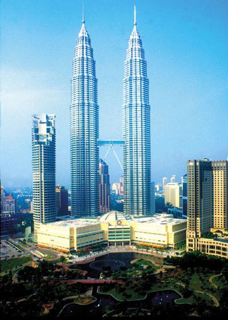 Petronas Tower 1 & 2 ở thành phố Kuala Lumpur. Cao 452 m, xây năm 1998.