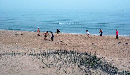 Bạn bè hội ngộ, đá bóng trên bãi cát