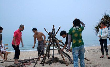 Đốt lửa trại bên bờ biển
