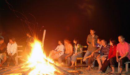 Lửa trại ấm cúng, tình anh em bạn bè.
