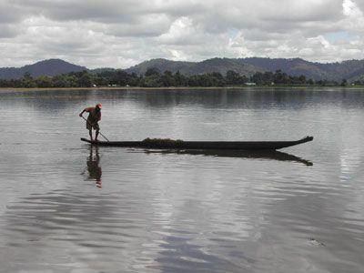 Thuyền độc mộc trên hồ