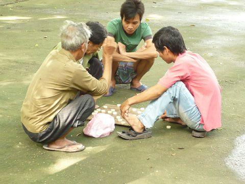 Không chỉ người già, thỉnh thoảng vẫn có những thanh niên tìm thú vui thanh nhã như là chơi cờ trong sân chùa.