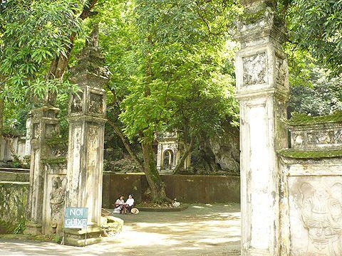 Cảnh chùa tĩnh mịch, thoảng lại có một bà hàng nước, bán thêm bao diêm, nén hương cho khách viếng chùa.
