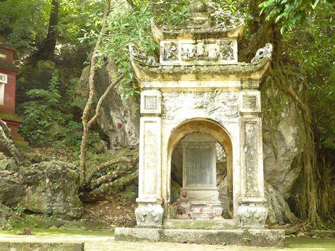 Tháp và bia đá ghi công đức của những Tăng ni, Phật tử có tấm lòng hảo tâm từ lúc xây dựng chùa.