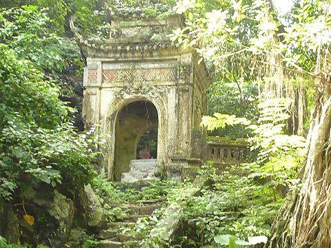 Tháp thờ ghi công Thống đốc Hoàng Trọng Phu ở trên vách núi cao hơn tháp thờ bà Nguyễn Thị Thọ và tháp ghi công đức người dân.