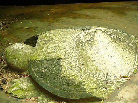 Bia đá trước chùa Hang ghi bài Phú của một danh nhân, học sĩ thời phong kiến.