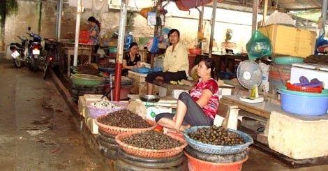 """Chợ Bưởi là nơi bán nhiều ốc """"quái dị"""" Hồ Tây."""