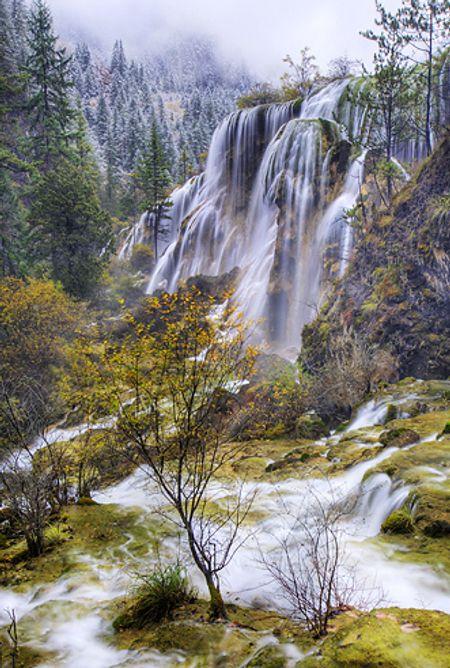 Hùng vĩ nhất là thác nước Thụ Chính, đây là thác nước được tạo thành bởi sự kéo dài của 40 hồ nước, xuyên qua một cánh rừng rậm.