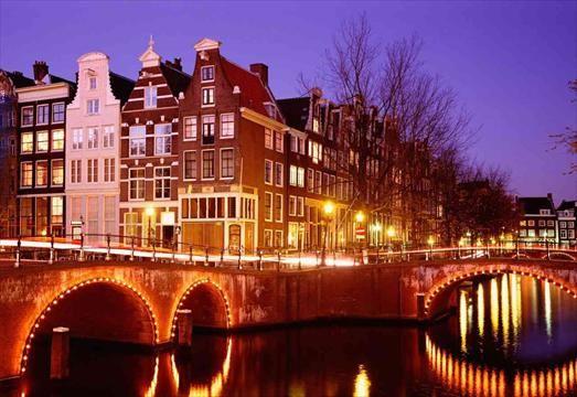 Amsterdam rực rỡ trong ánh đèn màu