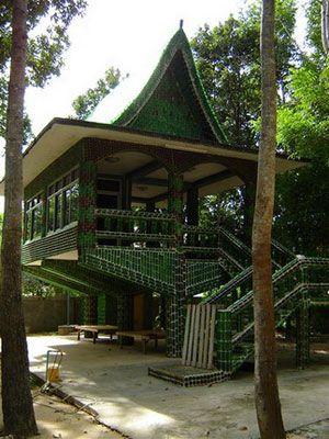 Tòa Wat Pa Maha Chedi Kaew nằm cách Bangkok 600 km về phía đông bắc.