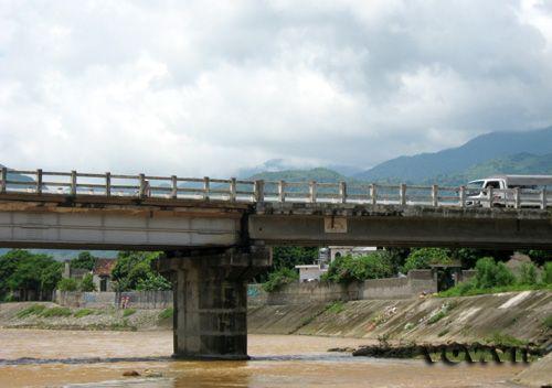 Cầu qua sông Ngòi Thia bị nước lũ phá hỏng một nhịp đã được sửa lại. Hai bờ Ngòi Thia được kè đá