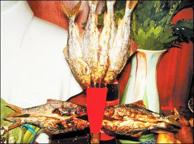 Cách bày cúng cá niên nướng của đồng bào dân tộc Cơtu (cá có xiên que giang)
