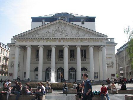 Nhà hát kịch Opera Bỉ lại mang chút hơi hướng của đền thờ Parthenon của Hy Lạp