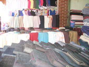 Một số sạp vải, quần áo được bầy bán ở Ninh Hiệp