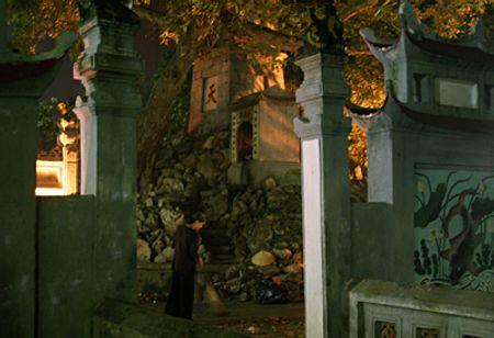Sáng sớm tinh mơ, những người tu tại gia lại tự nguyện ra quét Đền Ngọc Sơn và Tháp Bút
