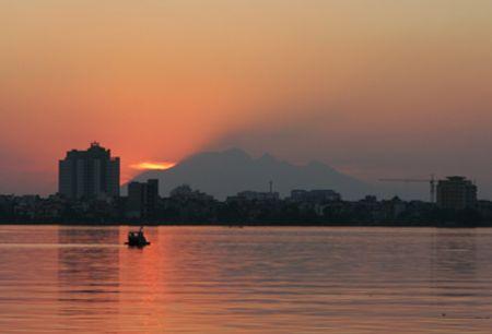 Đỉnh Ba Vì (Hà Nội) nhìn rõ từ hồ Tây trong tiết trời mùa thu
