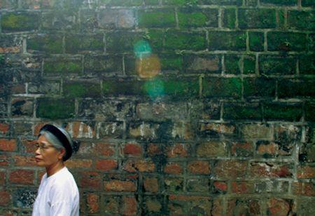 Những tia nắng vàng trên bức tường cũ tại cửa ô Quan Chưởng