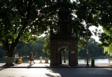 Phần còn lại của tháp Hòa Phong bên Hồ Gươnm càng làm tăng thêm vẻ huyền bí trong ánh nắng vàng