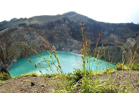 Hồ Kelimutu Crater tại Indonesia nằm trên một miệng núi lửa và có màu xanh ngắt.