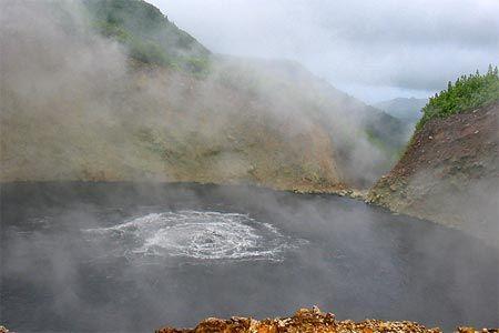 Hồ nước sôi tại Dominica luôn sôi sục với các bọt khí màu xanh xám.