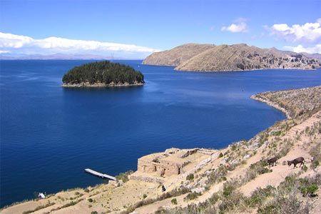 Hồ Titicaca nằm tại mực nước biển cao nhất trong số các hồ trên toàn thế giới, và thuộc biên giới Bolivia và Peru.