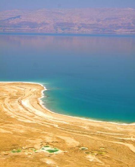 Biển chết tại Jordan là hồ nước có độ mặn rất cao khiến hầu như không sinh vật nào sống sót.